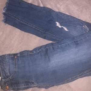 Jeans från ginatricot i storlek S, det finns tvä hål i knäna. Möts upp eller fraktar köparen står för frakten.