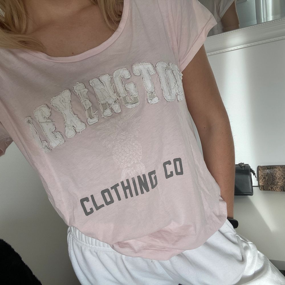 T-shirt från Lexington i superskönt material. Storlek L men jag är en xs och tycker den sitter fint oversized så den funkar på alla där i mellan. Köparen står för eventuell frakt.. T-shirts.