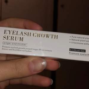 Ögonfransserun som gör fransarna längre och tjockare. Bara naturliga ingredienser som växtbaserade extrakter och oljor. Bör vara försiktig när appliceras på fransraden så man inte får serumet i ögat. Allt är inplastat!