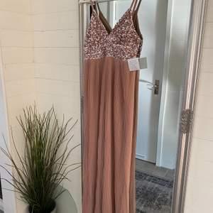 Säljer en fest klänning i storlek M, endast testad.