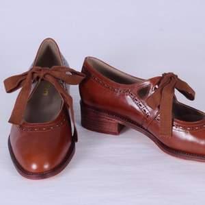 SÄLJER EJ! Söker vintage eller vintage-inspirerade skor liknande bilderna! Helst i brun, beige, eller någon ljus färg. Låg eller ingen klack. Oxford eller mary jane är modeller jag är ute efter. Har storlek 38. Har du liknande eller vet någon som säljer, snälla PMa :)