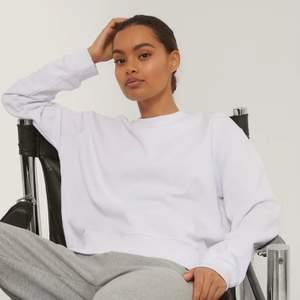 Säljer en vit stilren sweatshirt från NAKD i storlek S. Den är i fint skick och är helt slutsåld på hemsidan! 😁 Frakt tillkommer! 📦 Hör av er för fler bilder mm!