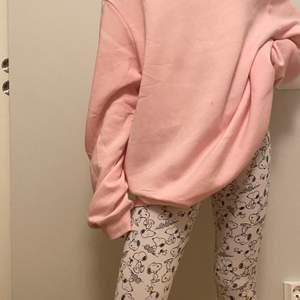 Jag säljer dessa super mysiga pyjamas tightsen! Byxorna är vita med små söta svarta snoopies (hundar) på. De är gjorda av bomull vilken är väldigt Kent mot huden.⚡️🥰 Fri frakt!
