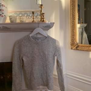 Väldigt varm och gosig stickad tröja från & Other Stories som är stickad med allpackaull i storlek XS. Inköpt för 1000kr, säljer för 350kr + frakt🥰