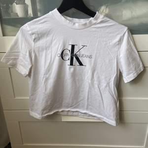 Vit t-shirt från Calvin Klein i storlek S, skulle säga att den även passar XS. Använd men i fint skick, croppad och kort i modellen, säljer för 150 kr inklusive frakt.