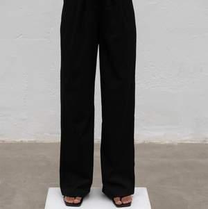 BUDA I CHATTEN! Kostymbyxor från Alice Stenlöfs märke a-dsgn. Jag fick hem dem igår och har endast testat dem! Gillar tyvärr inte riktigt passformen på min kropp och tänkte därför göra en intressekoll här! Hör av dig om du är intresserad.