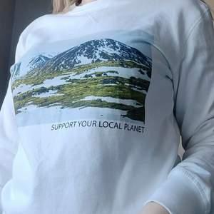 Supersnygg vit sweatshirt i nyskick. Endast använd en gång. Storlek S m n är något oversized, passar även M. ✨ Köparen står för frakt på 66kr.