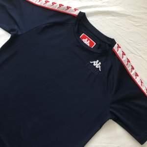 Gosha X Kappat-shirt från deras kollektion för några år sedan. Tröjan är i grymt skick, använd få gånger och har inga direkta defekter. Tröjan är Xs och skulle säga att den är tts. Det är bara att skriva om du undrar något! ✌🏻🌱💫