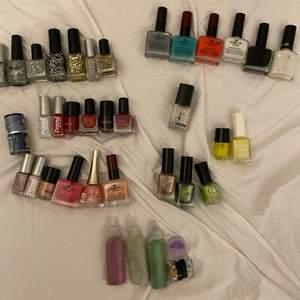 Säljer olika nagellack som jag knappt använt även glitter som jag aldrig använt. Säljer en för 5kr  ❌ frakt 12kr köper du fler blir frakten dyrare. Max kostnad 24kr för frakten