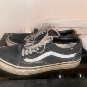 Slitna vans skor, därför så billiga. Säljer för 120kr frakten ingår. Storlek 40🥰