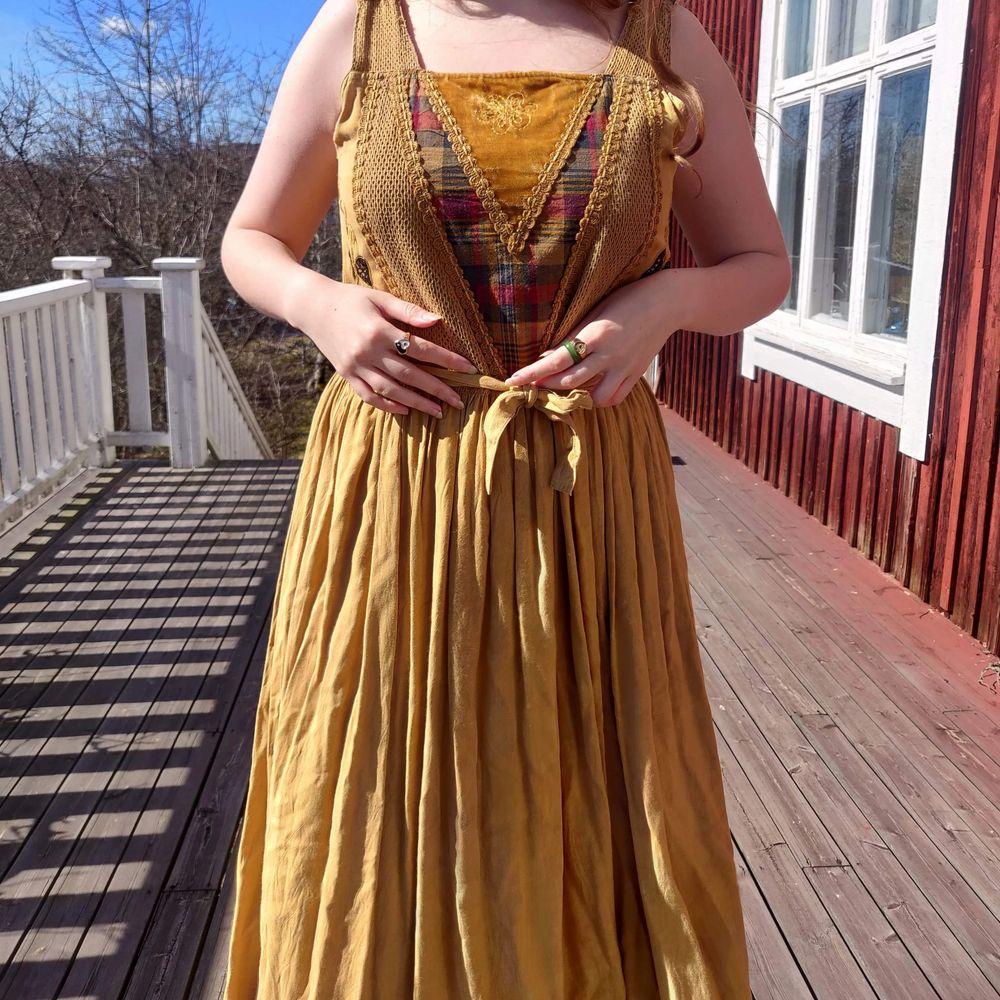 Helt underbar, one of a kind, klänning med boho/cottagecore vibes 🦋✨ Superhärligt material och jättefin klockkjol. Passar en S-L, lägg att sy upp banden om den är för lång. Jag är stl M, 173 cm 🌿 skriv om ni vill se fler bilder 🌻. Klänningar.