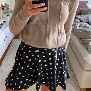 Prickig kjol, vet ej var den är ifrån💗 passar s/m då den är stretchig!