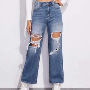 Sjukt snygga jeans som tyvärr är försmå för mig. Jag får därför ingen användning för dem. De är i storlek medium och sitter som en s/m. Tyvärr har jag för för breda höfter för dem.