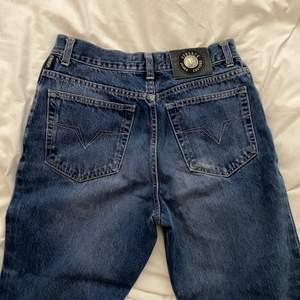 Balla  versace jeans ej säker på äkthet, knappt använda och i super skick. Oklar vad storleken är, passar upp till 40 och mindre om man vill ha en baggy fit.