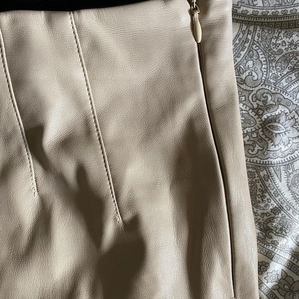 Säljer nu mina skinnbyxor som endast använt 1 gång! I strl. M! . Jeans & Byxor.