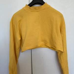 Vanlig gul tröja från NAKD X Josefine Ekström i croppad modell.