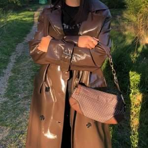 Brun läderkappa från Missguided, endast testad för bildens skull, prislapp kvar! köpare står för frakten