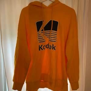 En orange/gul hoddie köpt ifrån H&m, den är i strl S men skulle passa en M för den är lite oversize. Den är i bra skick och säljer pågrund av att den inte kommer till användning. Köparen står för frakten