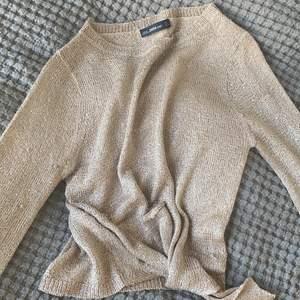 Säljer en jättefin glittrig tröja från zara. Går att knyta ner till. Perfekt till festligare tillfällen❤️