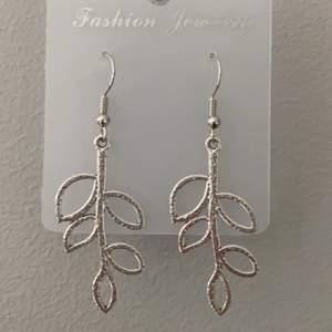 Blad örhängen. Hemmagjorda blad örhängen i silverfärg. 50kr+frakt. Finns 4 st i lager