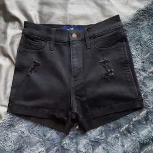 Säljer dessa svarta högmidjade jeansshorts från Hollister. Storlek 0/W24 vilket typ är xs. Säljer då de inte passar mig längre. Knappt använda, fint skick. Köparen står för frakten.