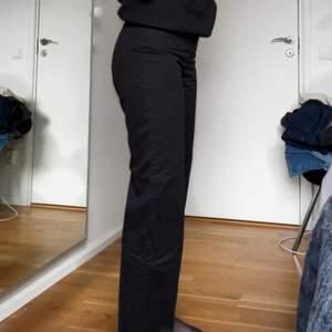 Säljer dessa så fina vida svarta byxor i bomull och lysocell (supersköna) från & other stories då de är för korta för mig som är 177. Innerbenslängd: 78cm. Storlek 36. De är sparsamt använda och i bra skick. Köparen står för frakten.