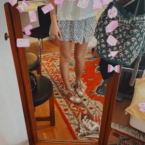 Säljer nu en av mina favorit kjolar. Vit med små svarta hjärtan och nycklar. Storlek 38 men passar även de som brukar ha 36💕