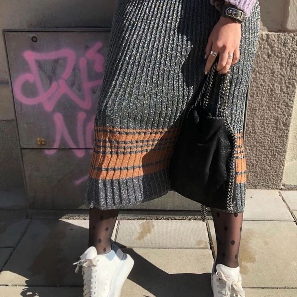 Säljer en så fin och ball kjol från Sandro❣️köpt 2019 (nypris: 1500kr) och använd två gånger. Storleken är 1 som motsvarar ungefär en S☺️. Kjolar.