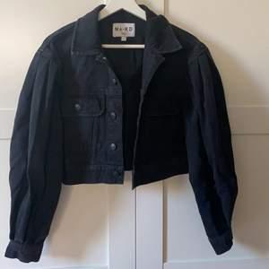 Säljer min otroligt snygga svarta jeans jacka ifrån Na-Kd kommit till användning tre gånger därför jag säljer den. Den har puffiga  armar och den är cropad,, storlek 34