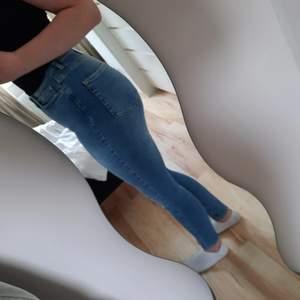 Helt nya jeans från cubus med lappar kvar. Jag är 173/174 cm lång.