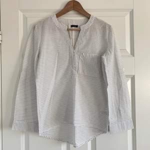 Oanvänd skjorta/blus i storlek 34.  Köparen står för frakten som ligger på 50 kr och betalning sker via swish<3