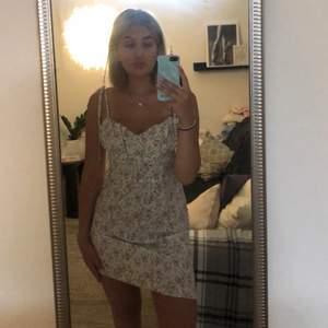 Säljer denna sommardröm till klänning, den är verkligen somrig och fin😍 den är endast använd 2 gånger alltså i väldigt bra kvalite, skulle det vara några frågor så är det bara att höra av sig ✨✨ köparen står för frakten 🤍