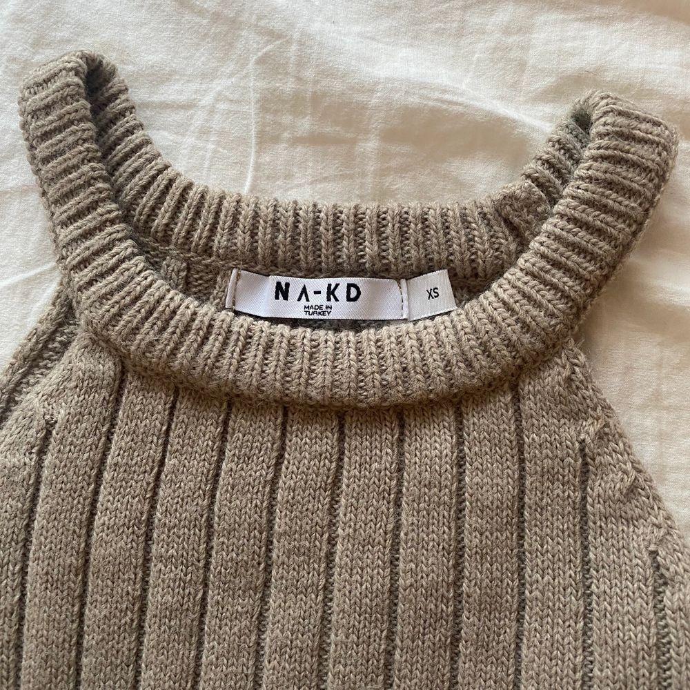 Säljer denna superfina stickade halterneck linne från Nakd🤍 endast använd en gång 🤍 i en brun/grå färg 🤍🤎 perfekt till sommaren 🤩. Toppar.
