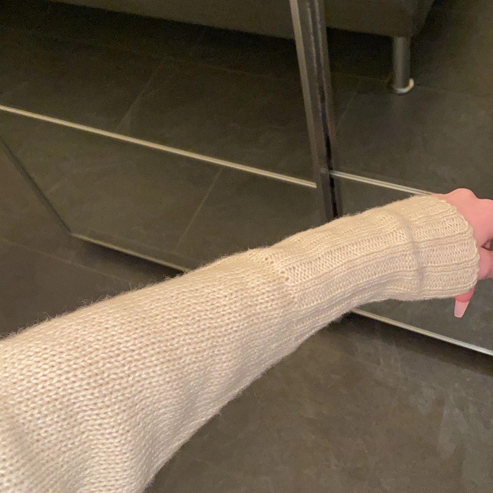 Biege stickad tröja i storlek S. Hämtas i Norrköping eller fraktas, vid frakt står du för frakt summan. Postar med video bevis.  Garanterar en snabb och pålitlig affär🤍. Stickat.
