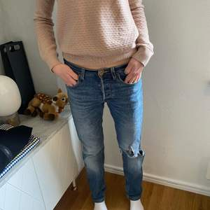 Säljer mina superfina blå jeans från Lee med egenklippt hål. Dem är mycket sparsamt använda och har en så fin tvätt. Jag är 168cm lång och brukar ha 27 i jeans☺️nypris: ungefär 1000kr. Storleken är W29L32