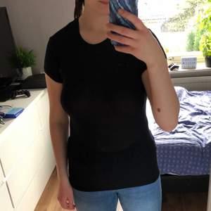 En t-shirt från Zara i storlek S samt i färgen svart. Den är väldigt tunn så det är möjligt att det syns igen. Den är också lång men ändå väldigt bekväm. Använt 2-3 gånger, men haft den ett par månader. Väldigt basic svart t-shirt.