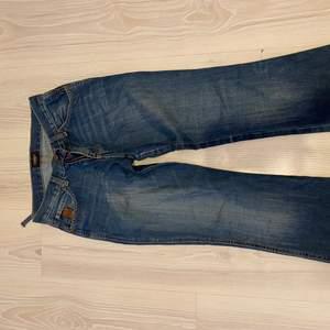 Säljer dessa lågmidjade crooker jeans! Som ni ser på bilden har en del gått av men lätt att sy💕