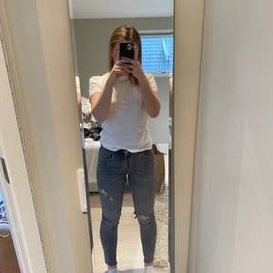 Ett par gråa zara jeans med hål på högra knät och ett mindre hål på det vänstra låret. Aldrig använda men begagnade av en kompis!