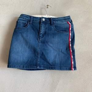 Super snygg jeans kjolfrån Levis med Levis färgerna på sidan. Den är stretchig vilket gör den otroligt skön! Nypris: 1200kr