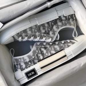 Hej säljer ett par helt nya Dior skor 1-1 kopia. Dem är köpta i London Nypris 3500 kr. Pga fel storlek så får jag sälja dem vidare. Pm för fler foto eller intresse.