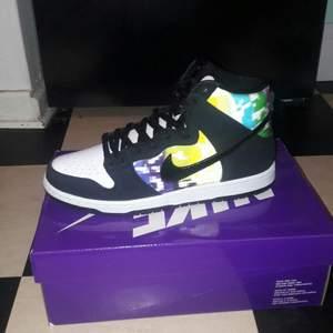 Säljer ett par Nike SB dunk high TV signal. Köpta på streetlab har kvitto som ni ser på bilden. Aldrig använda. Kan använda plick safepay om köparen vill. Bjuder på frakt👌