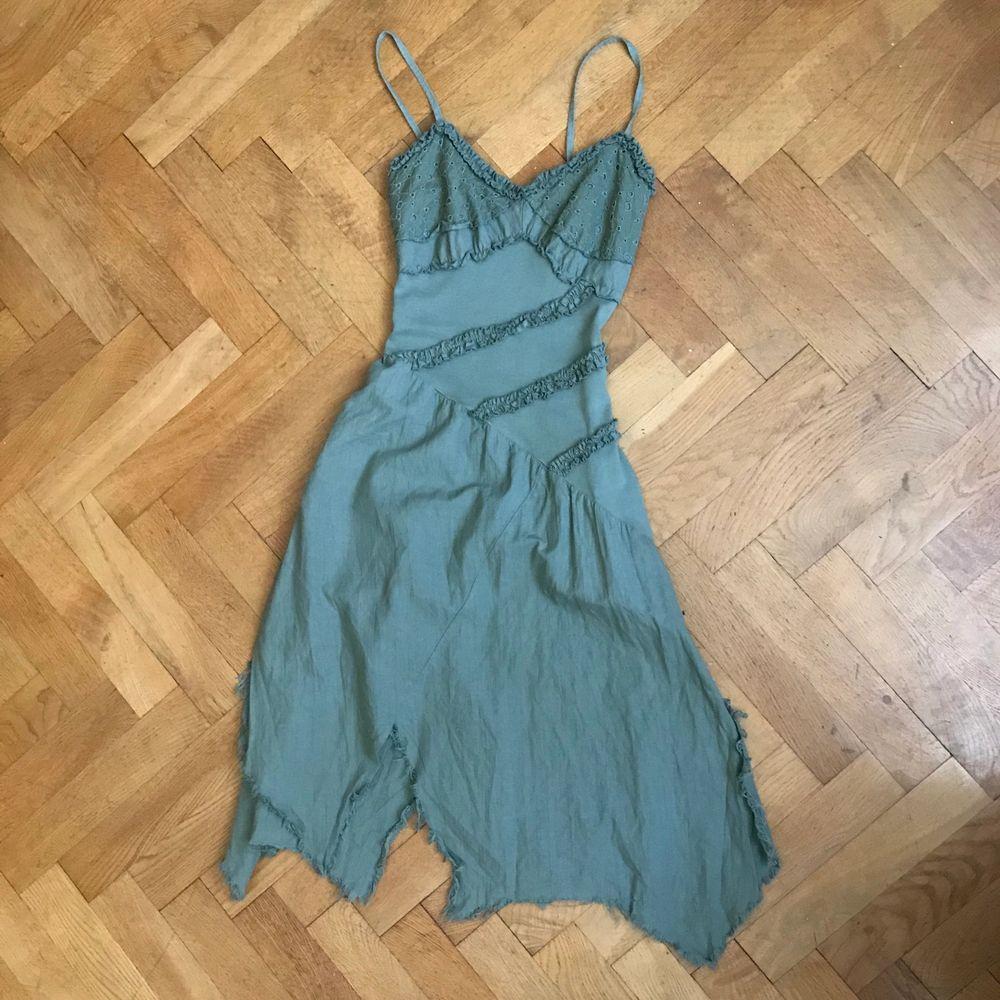 as cool klänning med så söta detaljer! köpt secondhand! BUDGIVING FÖR MÅNGA ÄR INTRESSERADE! 48kr frakt . Klänningar.