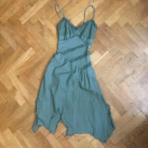 as cool klänning med så söta detaljer! köpt secondhand! BUDGIVING FÖR MÅNGA ÄR INTRESSERADE! 48kr frakt