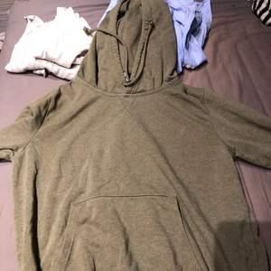 Väldigt basic grön hoodie. Passar till de mesta