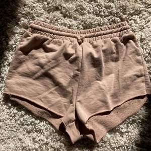 Beiga shorts från primark. För små för mig. Inte använda så mycket alla. Superbekväma! Är snygga att använda ute eller när man chillar hemma. Passar till allt Highwaisted