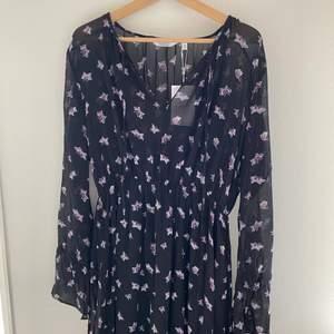 Säljer jättefin långklänning från &Otherstories, klänningen är aldrig använd (endast provad) lappar finns kvar.
