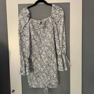 Säljer denna jättefina klänning som jag tvätt inte fått användning av. Sitter jättefin och är helt ny med lappen kvar. (Frakt tillkommer på 66kr)