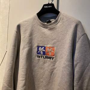 Tjena säljer min as balla stussy sweatshirt i storlek L. Den är endast använd ett fåtal gånger. Det är storlek L men skulle säga att den även passar m. Köpt för 1100kr SÄLJS för 500kr.