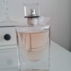 La vie est belle parfym 50 ml, luktar så gott, kvar i flaskan 40 ml. Nypris cirka runt 700 kr.
