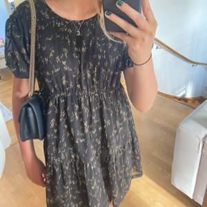 Gullig klänning som köptes på nk, märket är designer remix och kostade 1850 kr i butik💗 lappen finns kvar!